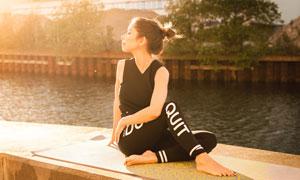 坐在河边练瑜伽的美女摄影高清图片
