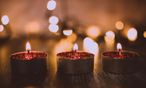 桌面上摆放的蜡烛特写摄影高清图片