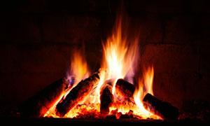 在熊熊燃烧的篝火特写摄影高清图片