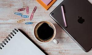 咖啡杯与平板电脑记事本等高清图片