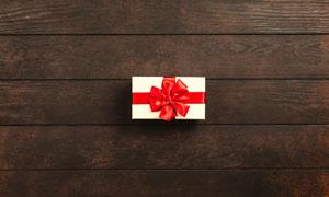 木质桌上的礼物盒特写摄影高清图片