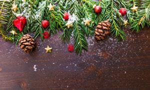桌面上的树叶等圣诞节元素高清图片