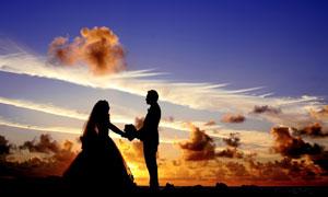 黄昏时分新娘新郎人物剪影高清图片