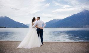 湖光山色与恩爱的情侣摄影高清图片
