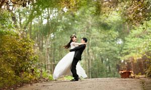 拍摄婚纱照的情侣人物摄影高清图片