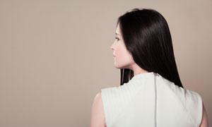 扭头看的黑发美女写真摄影高清图片