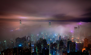 夜晚被霧氣籠罩的香港攝影高清圖片