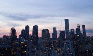 傍晚时的城市华灯初上风光高清图片