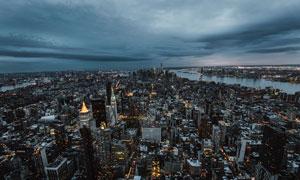 被黑云压境的城市鸟瞰视角摄影图片
