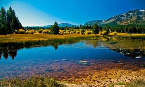 清澈湖水与连绵的山峦摄影高清图片