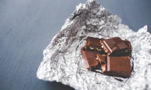 银箔纸上的巧克力特写摄影高清图片