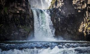 山谷崖壁倾泻下的瀑布摄影高清图片