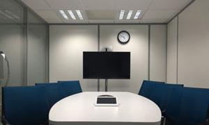 房間桌椅家具與顯示器攝影高清圖片