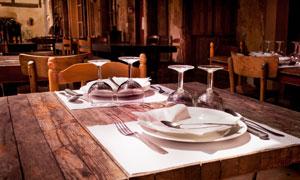 餐桌上整齐摆放的餐具特写高清图片