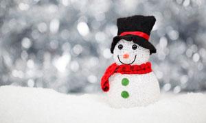 戴着帽子与围巾的雪人摄影高清图片