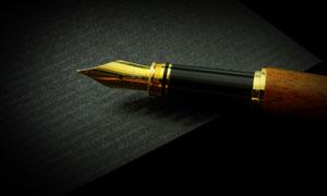 紙張上的金色筆尖鋼筆攝影高清圖片