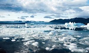 白云山峦与融化的冰块摄影高清图片