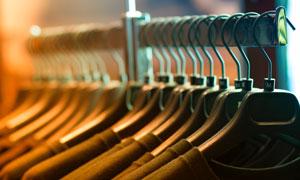 掛在衣架上的衣服特寫攝影高清圖片