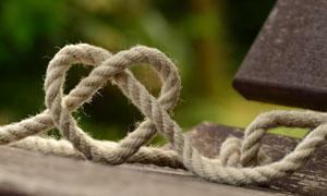 用绳子缠绕的心形特写摄影高清图片