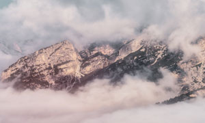 被云雾笼罩的高山风光摄影高清图片