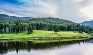 天空白云群山树林湖泊风光高清图片