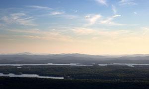 蓝天白云与影影绰绰的群山高清图片