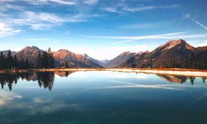 群山与水波平静的湖面摄影高清图片