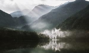 多云天空下的湖光山色摄影高清图片