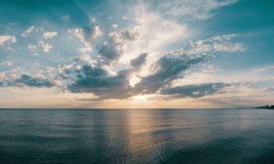 海天一色逆光视角全景摄影高清图片