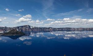 湖泊与飘着云朵的天空摄影高清图片