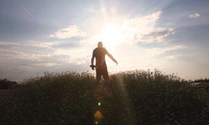 站在花丛中的人物剪影摄影高清图片