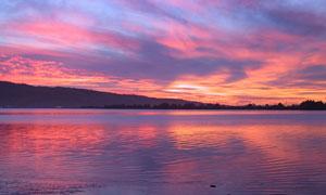 黄昏湖泊与天边的晚霞摄影高清图片