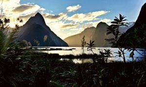 傍晚湖畔山丘自然风景摄影高清图片