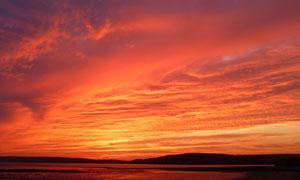 天空中的火烧样的云彩摄影高清图片