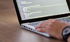 网页工程师在工作时的场景高清图片