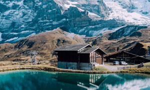 在雪山脚下的房子湖泊摄影高清图片