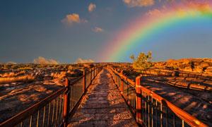铺石路两旁的岩石景观摄影高清图片