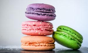 四种颜色的马卡龙饼干摄影高清图片