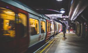 穿梭城市间的繁忙地铁摄影高清图片