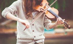 在拉小提琴的人物特写摄影高清图片