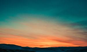 在夕阳之下连绵起伏的山峦高清图片