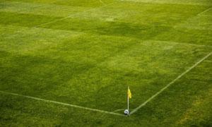 球场上角球位置的足球摄影高清图片