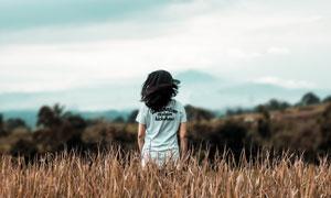 在枯草丛中的儿童人物摄影高清图片