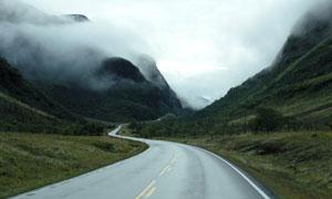 雾气中的山间公路风光摄影高清图片