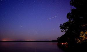 湖面与繁星点点的夜空摄影高清图片