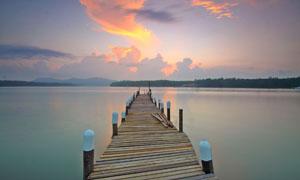 黄昏湖畔栈桥自然风光摄影高清图片