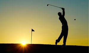 挥杆击球的高尔夫人物剪影高清图片