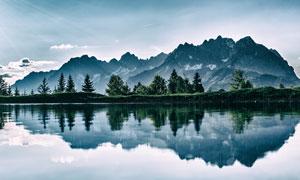 蓝天白云树木山水风光倒影高清图片