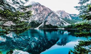 高山脚下的湖泊与树木摄影高清图片