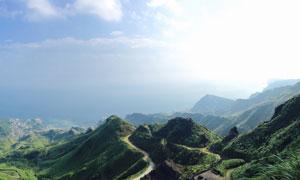 从鸟瞰视角看到的山间风光高清图片